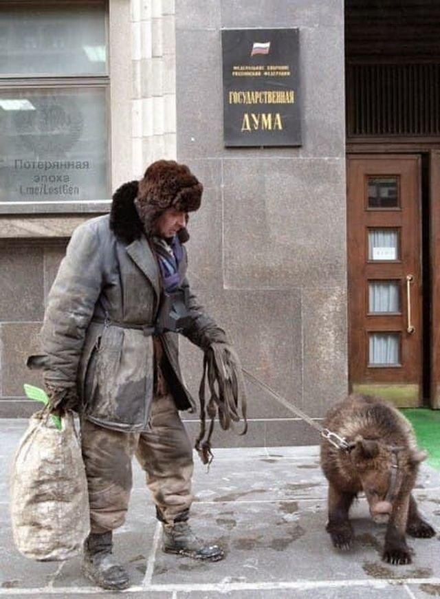 Мужчина с медведем прогуливается у здания Государственной Думы, 1998 год