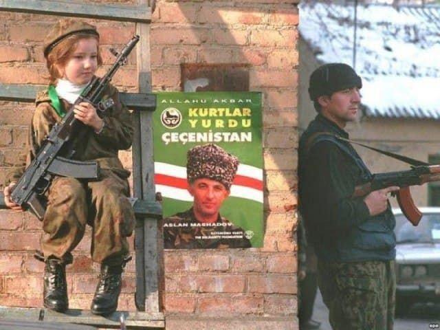 Девочка с автоматом у предвыборного плаката Аслана Масхадова. Грозный, январь 1997 года.