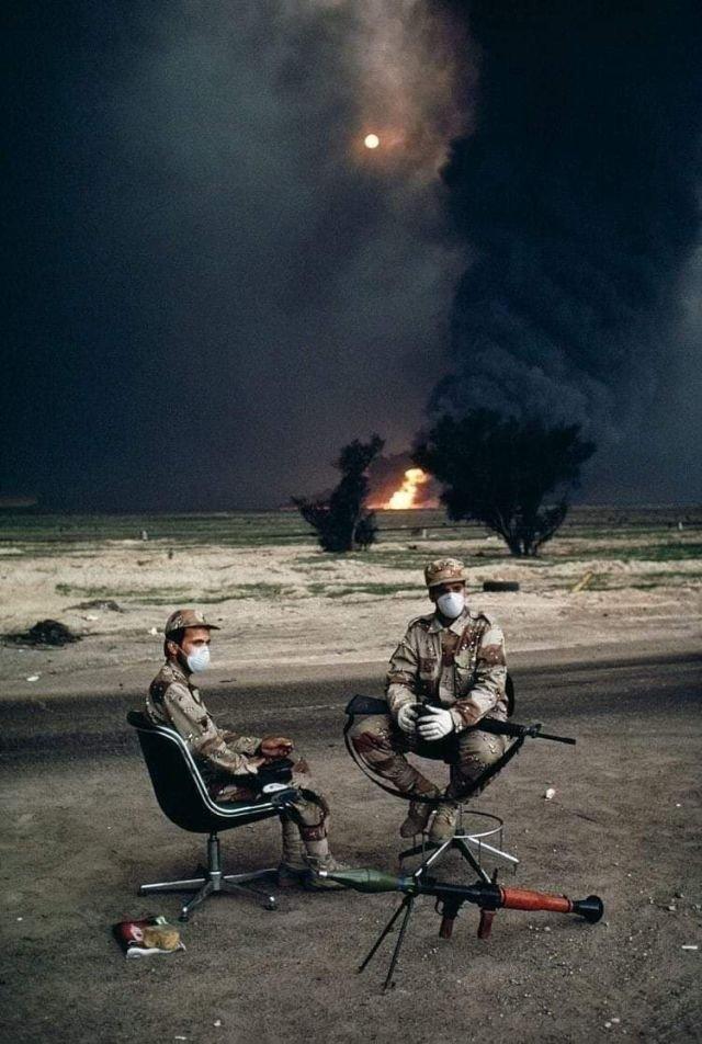 Кувейтские солдаты на фоне горящей нефтяной скважины. Война в Персидском заливе, 1990 год.