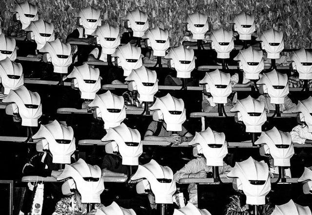 На выставке новинок техники в Токио проходит демонстрация виртуальной реальности, 1999 год.