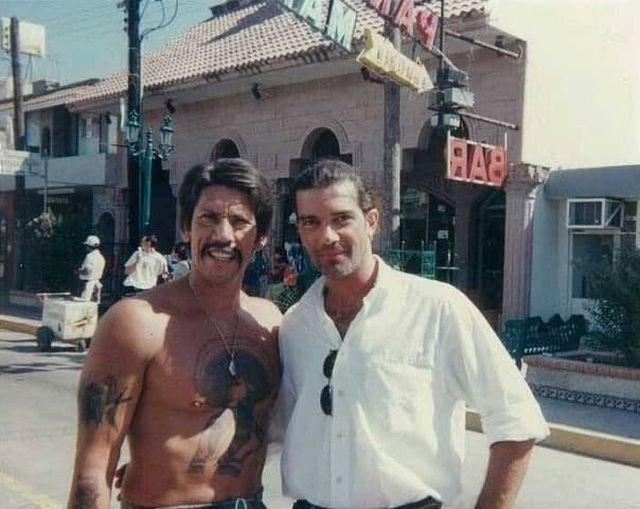 """Дэнни Трехо и Антонио Бандерас на съемках фильма """"Отчаянный"""", 1994 год."""