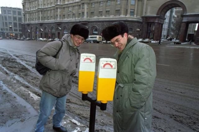 Прохожие с интересом рассматривают автоматы для оплаты парковки на Тверской улице, 1997 год, Москва