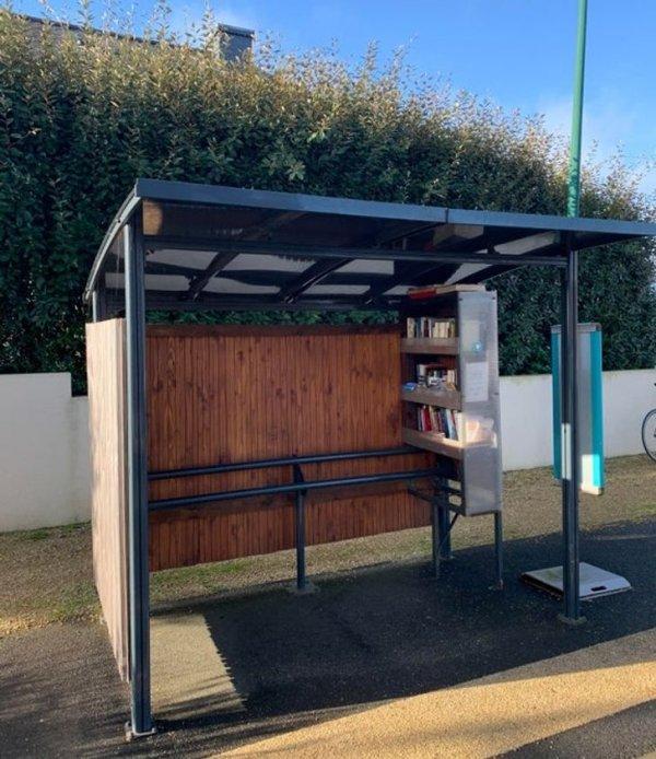 Автобусная остановка с небольшой библиотекой в Бретани, Франция