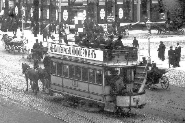 Люди на на Невском проспекте в  начале ХХ века