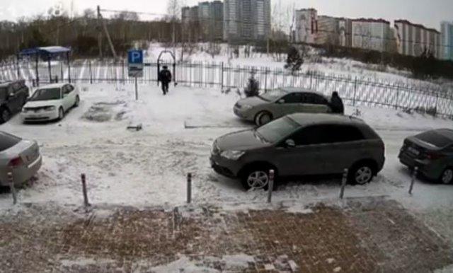 Водитель специально наехал на женщину с ребенком, которая сделала ему замечание