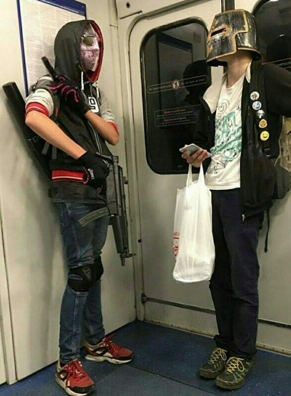 парни маске и шлеме