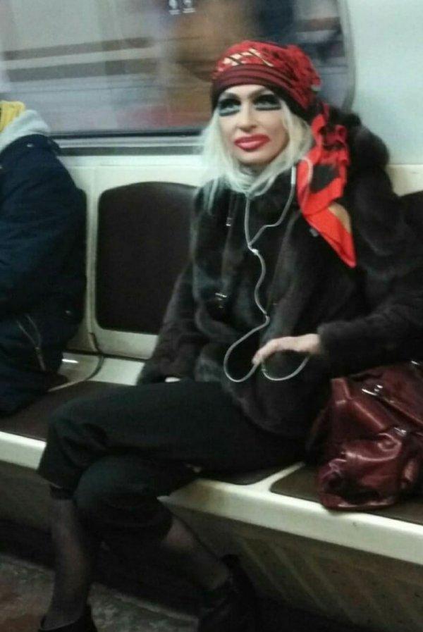 женщина с театральным макияжем