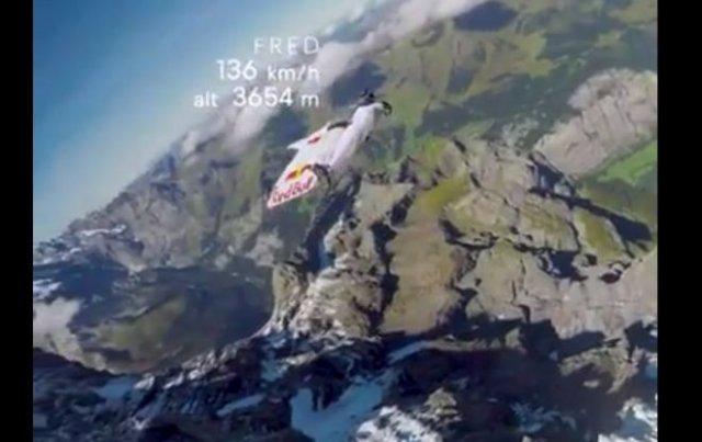 Очень эффектный и опасный трюк с участием самолета и вингсьютеров