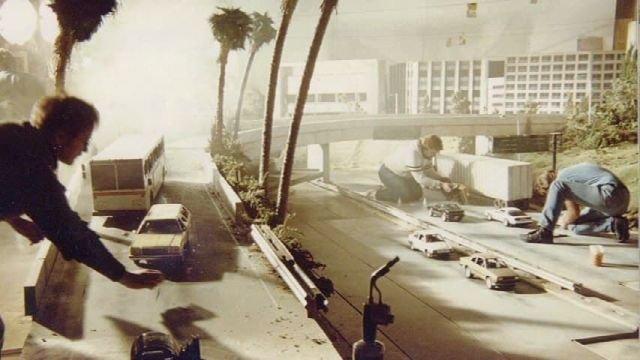 """Роберт и Деннис Скотак монтируют """"ужасную ядерную катастрофу"""" в съёмочной студии фильма Терминатор 2 - Судный день, 1991 год."""