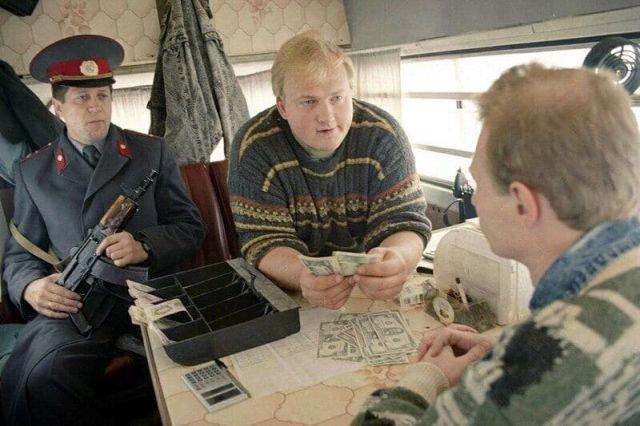 Пункт обмена валюты в микроавтобусе, Москва, 1993 год
