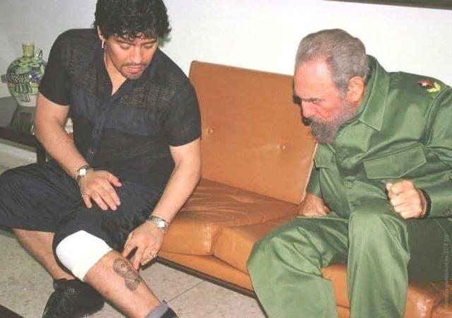 Диего Марадона с Фиделем Кастро показывает татуировку с изображением кубинского революционера, 2001 год.