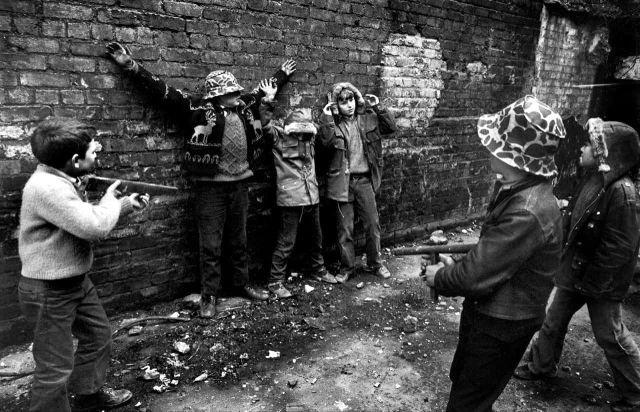 """Дети играют """"в войну"""" в районе проживания рабочего класса, Лондондерри, 1997 год."""