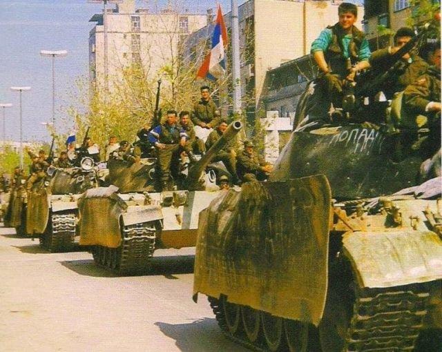 Сербские танки в городе Биелина. 1992 год.
