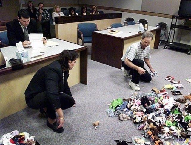 1999 год, здание суда. Перед судьей уже бывшие муж и жена после процедуры развода делят коллекцию мягких игрушек.