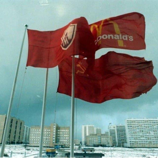 Капитализм приходит в Советский Союз: Флаги Москвы, СССР и Макдональдса на окраине города, 1989 г.