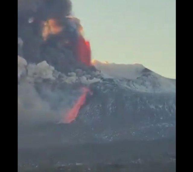 Извержение вулкана Этна на Сицилии
