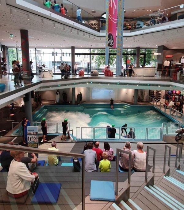 Волна для серфинга в немецком торговом центре