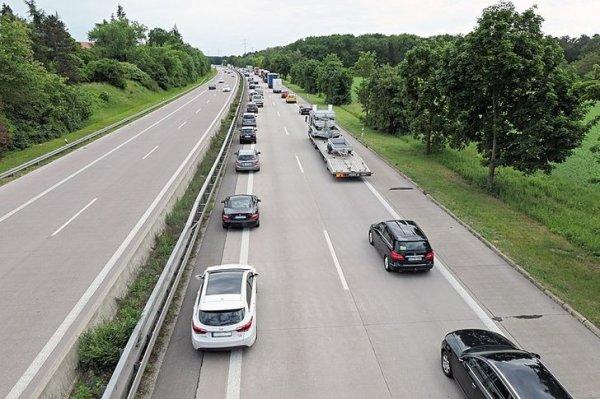 Если на дороге возникает пробка, машины прижимаются к обочинам