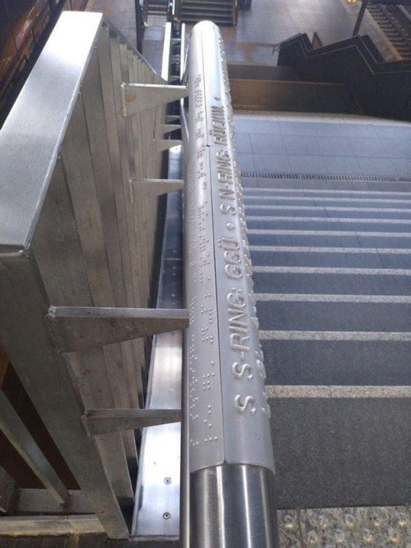 На крупнейших железнодорожных вокзалах информация выбита шрифтом Брайля на перилах