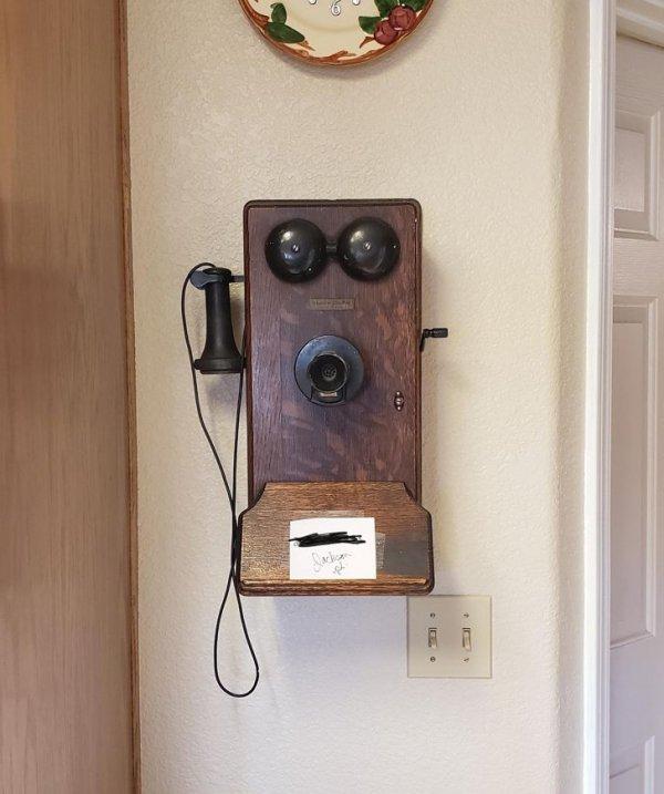 """""""В доме моей бабушки установлен этот старый телефон. Он все работает!"""""""