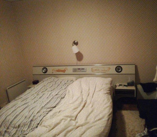 В кровати моей бабушки есть встроенное радио и освещение