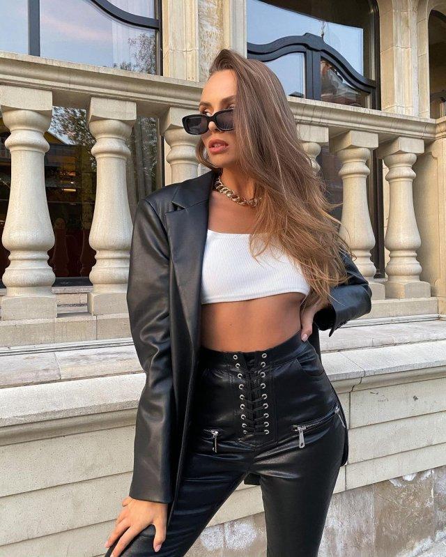 """Дарья Погадаева - участница шоу """"Холостяк"""" в белой кофте и черном пиджажке"""