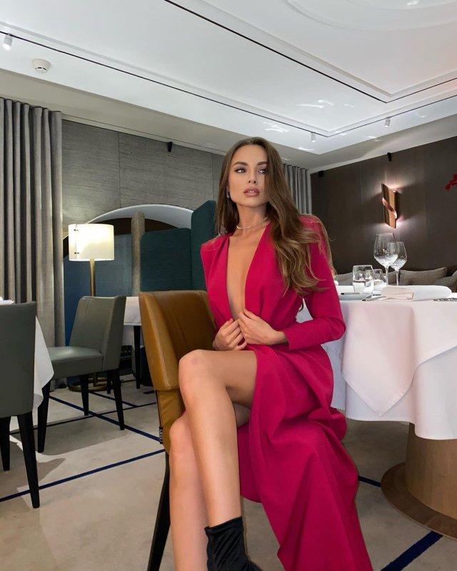"""Дарья Погадаева - участница шоу """"Холостяк"""" в красном платье в ресторане"""
