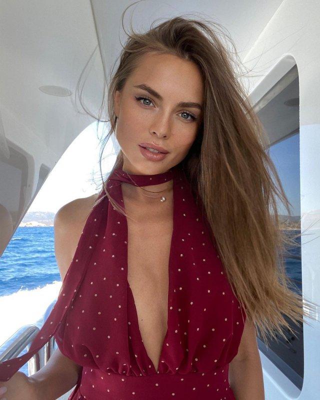 """Дарья Погадаева - участница шоу """"Холостяк"""" в красном купальнике на яхте"""