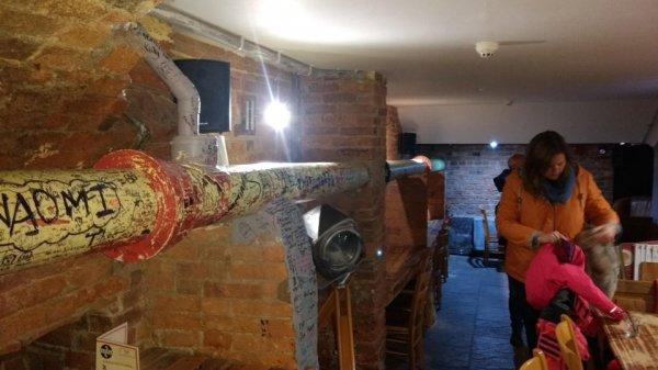 Канализационная труба проходит прямо через зал