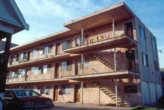 В квартале дешёвых апартаментов в Беркли, Калифорния, 1981 год.