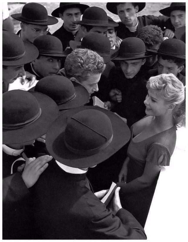 Итальянская актриса Алласио Мариса в окружении поклонников, Рим, 1955 год.