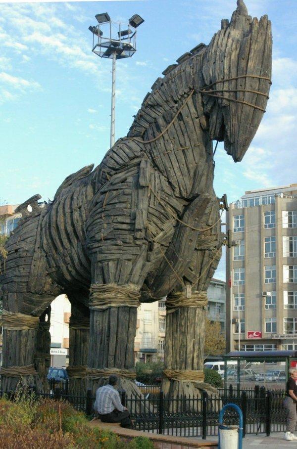 Конь для фильма был построен в полный размер, и его до сих пор не разобрали.