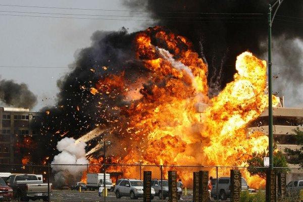 На съёмках фильма была на самом деле взорвана готовящаяся к сносу конфетная фабрика, переделанная под госпиталь.