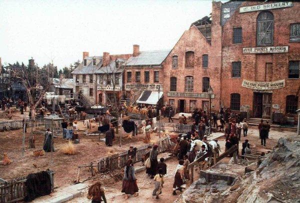 В фильме был воссоздан вид одной из улиц Нью-Йорка времён конца 19 века.