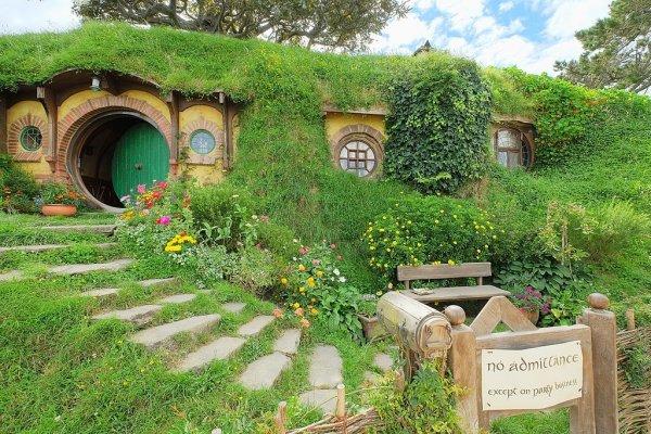 Известно, что ещё для съёмок трилогии «Властелин колец» в Новой Зеландии построили целую деревню