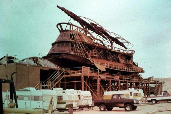 Для фильма была построена огромная махина масштабом 1:1, как она и была показана на экране.