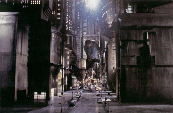 Для демонстрации архитектуры готического Готэма в фильме Тима Бёртона использовали весьма внушительные миниатюры.