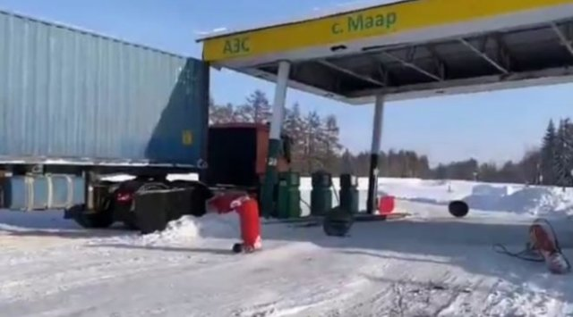 В Якутии водитель фуры уничтожил заправку - ближайшая будет через 50 километров