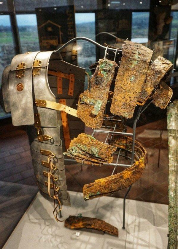 В музее показан вид римских доспехов до и после реставрации