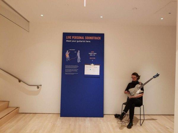 В этом музее можно воспользоваться услугами живого гитариста, который будет следовать за вами и играть