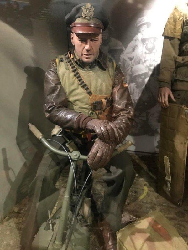 Этот манекен из тематического Музея Второй мировой войны в Нормандии выглядит как Брюс Уиллис