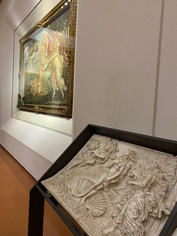 В Галерее Уффици во Флоренции есть объёмные версии картин, чтобы и незрячие люди тоже могли насладиться искусством