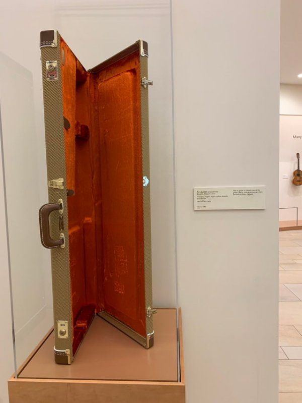 В аризонском Музее музыкальных инструментов выставлена та самая невидимая гитара, на которой играл каждый