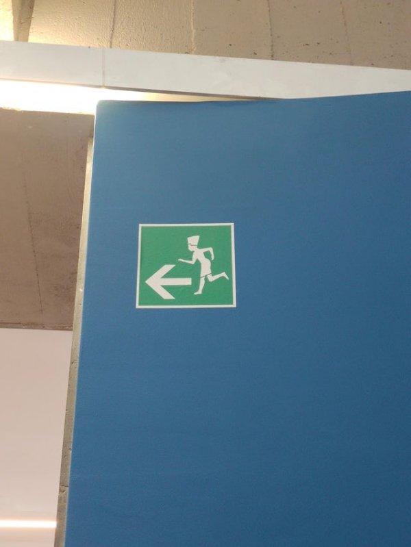 Знак «выход здесь» в египетском музее изображён в виде бегущего фараона