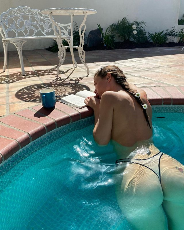 Lana Rhoades (Лана Роудс) читает книгу в бассейне