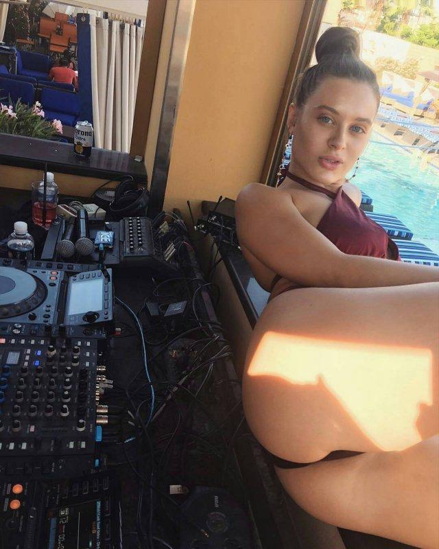 Lana Rhoades (Лана Роудс) в красном купальнике