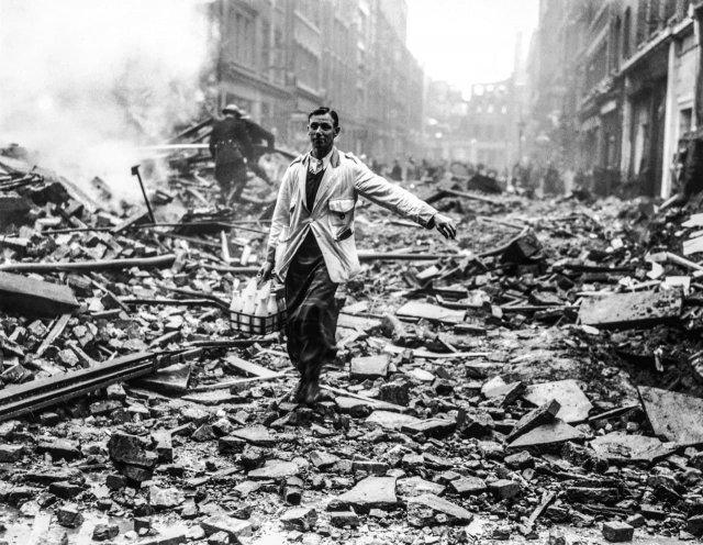 Лондонский молочник придерживается своего графика, несмотря на немецкие бомбардировки, 1940 год.