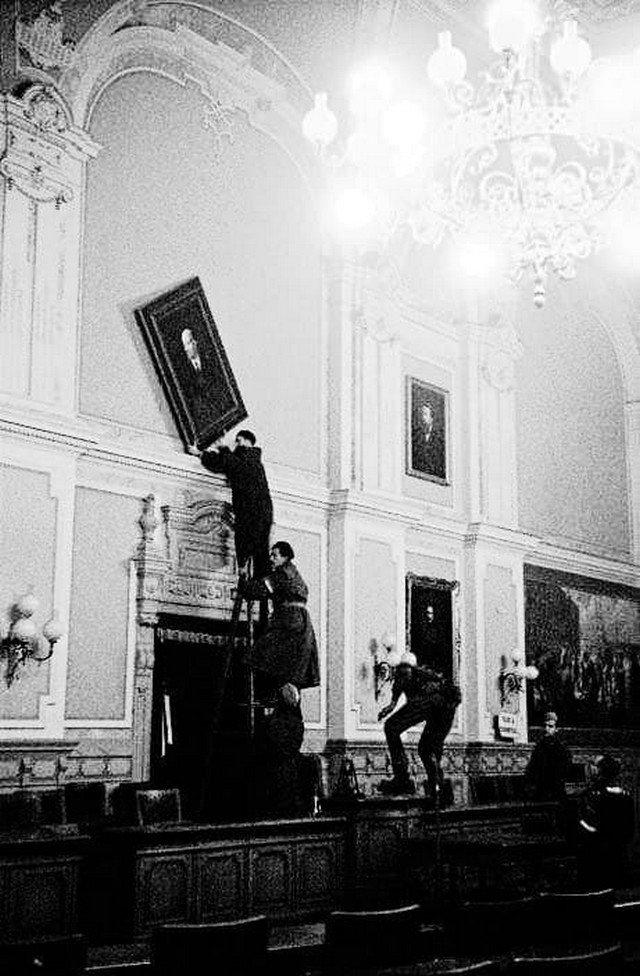 Восставшие венгерские солдаты снимают портрет Ленина с зала совета мэрии. Дьер, Венгрия, 1956 год.