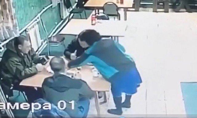"""Грузовик на полной скорости """"заехал"""" в кафе в Воронеже, где обедали водители"""