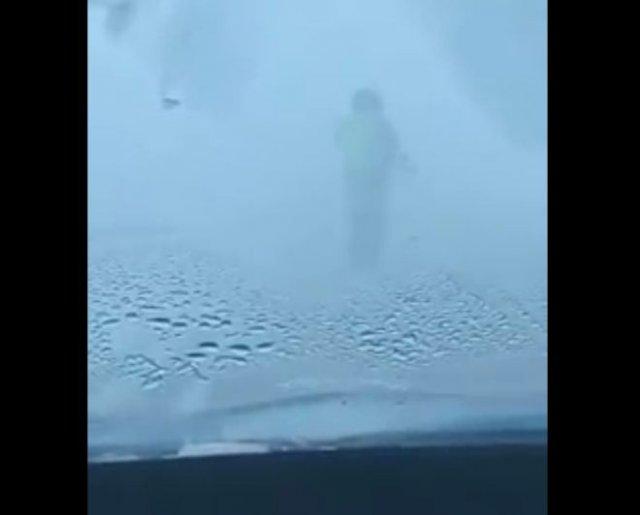 Полицейский из Казахстана несколько километров вел колонну машин в сильную метель